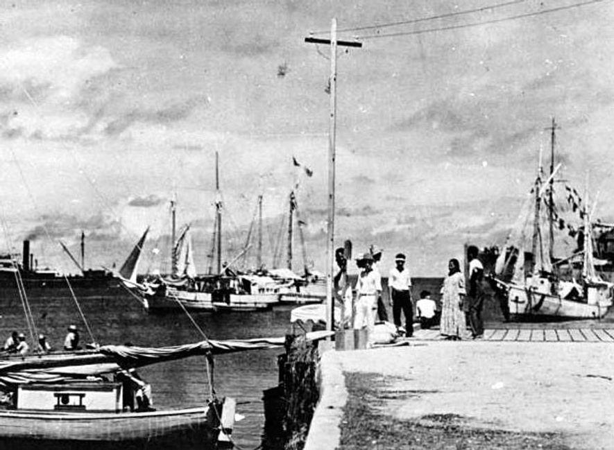 Certains pensent que cette photographie prise sur l'atoll de Jaluit, au sud des îles Marshall, serait celle d'Earhart et Noonan en 1937. L'image a depuis été datée à 1935.