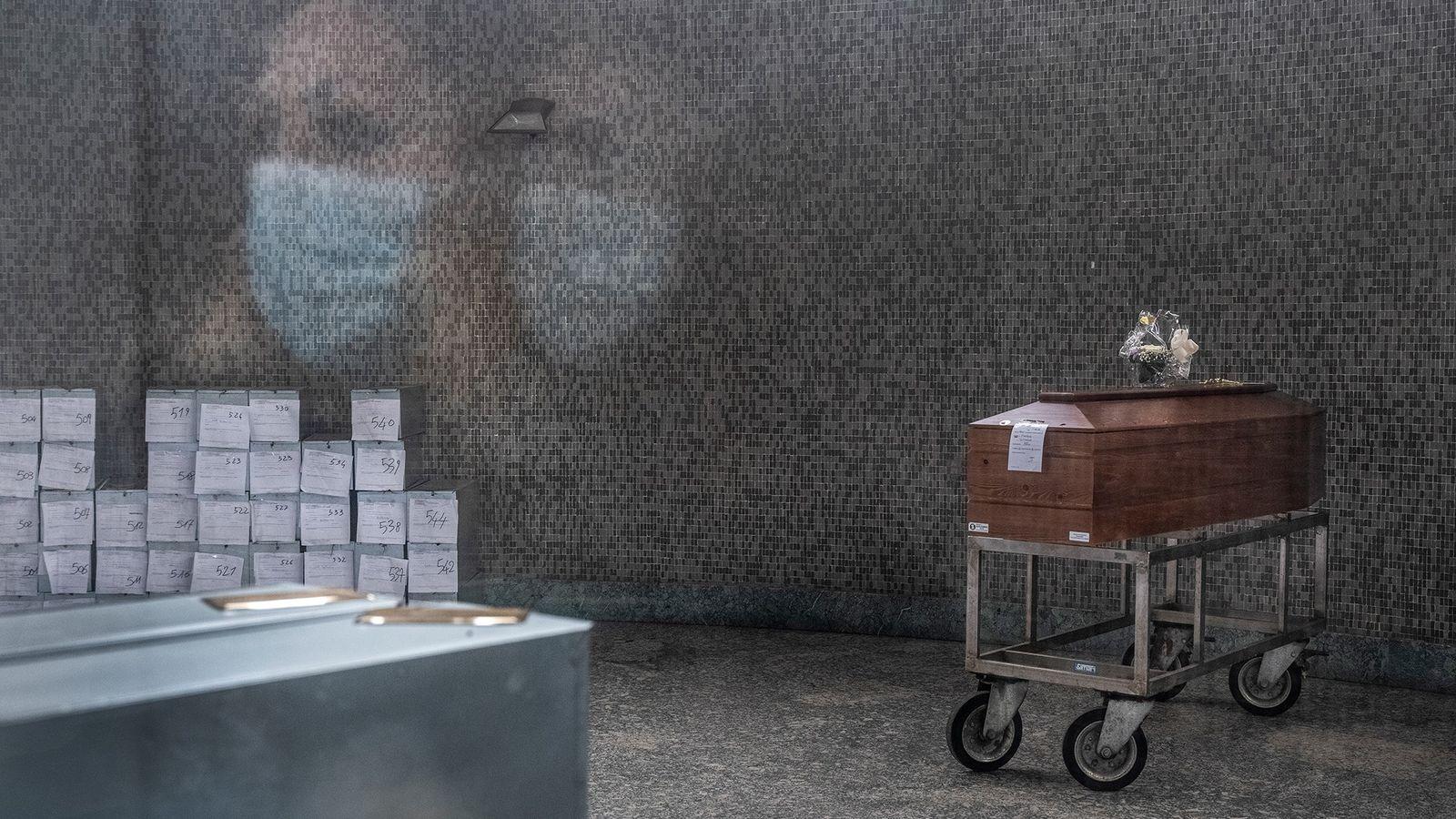 Une femme a les yeux rivés sur un cercueil dans la morgue d'un des plus grands ...