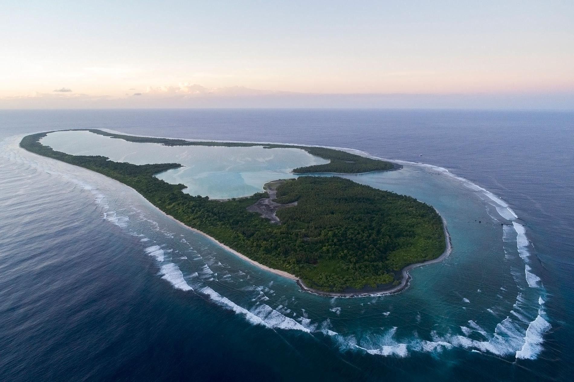 Vue aérienne de l'île de Nikumaroro à Kiribati. Une théorie suggère qu'Amelia Earhart aurait effectué un atterrissage d'urgence sur cette île qui grouille de crabes de cocotier.