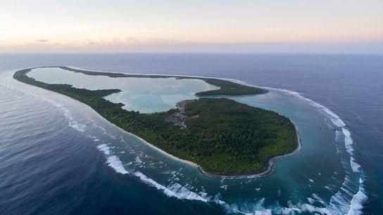 Vue aérienne de l'île de Nikumaroro à Kiribati. Une théorie suggère qu'Amelia Earhart aurait effectué un ...