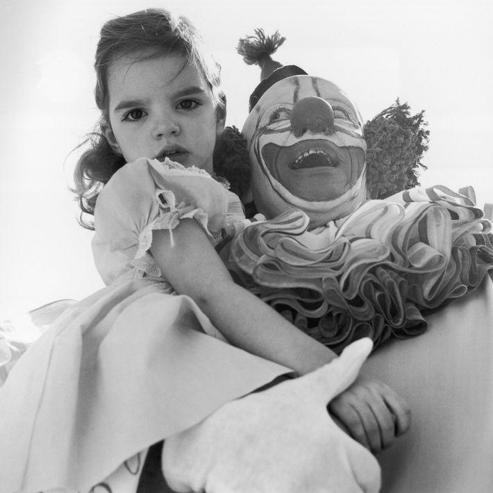Joyeux ou effrayant ? L'actrice et chanteuse américaine Liza Minnelli a été photographiée alors qu'elle était enfant dans ...