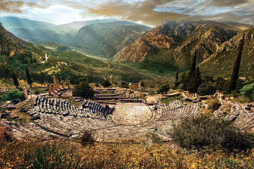 Excavé entre 1895 et 1897, l'amphithéâtre de Delphes se dresse sur la colline depuis le temple d'Apollon Phytien. C'est un espace gigantesque pouvant accueillir jusqu'à 5 000 personnes. Des performances musicales, poétiques et dramatiques ont été organisées ici.