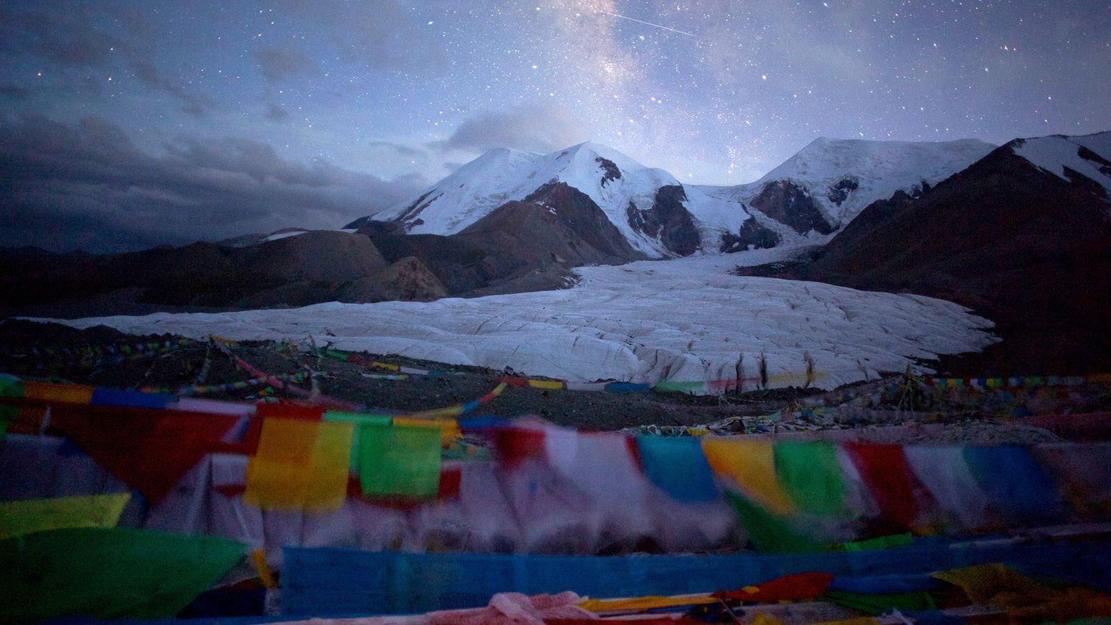 Les étoiles scintillent au-dessus d'un glacier du mont Amnye Machen dans la préfecture autonome tibétaine de ...