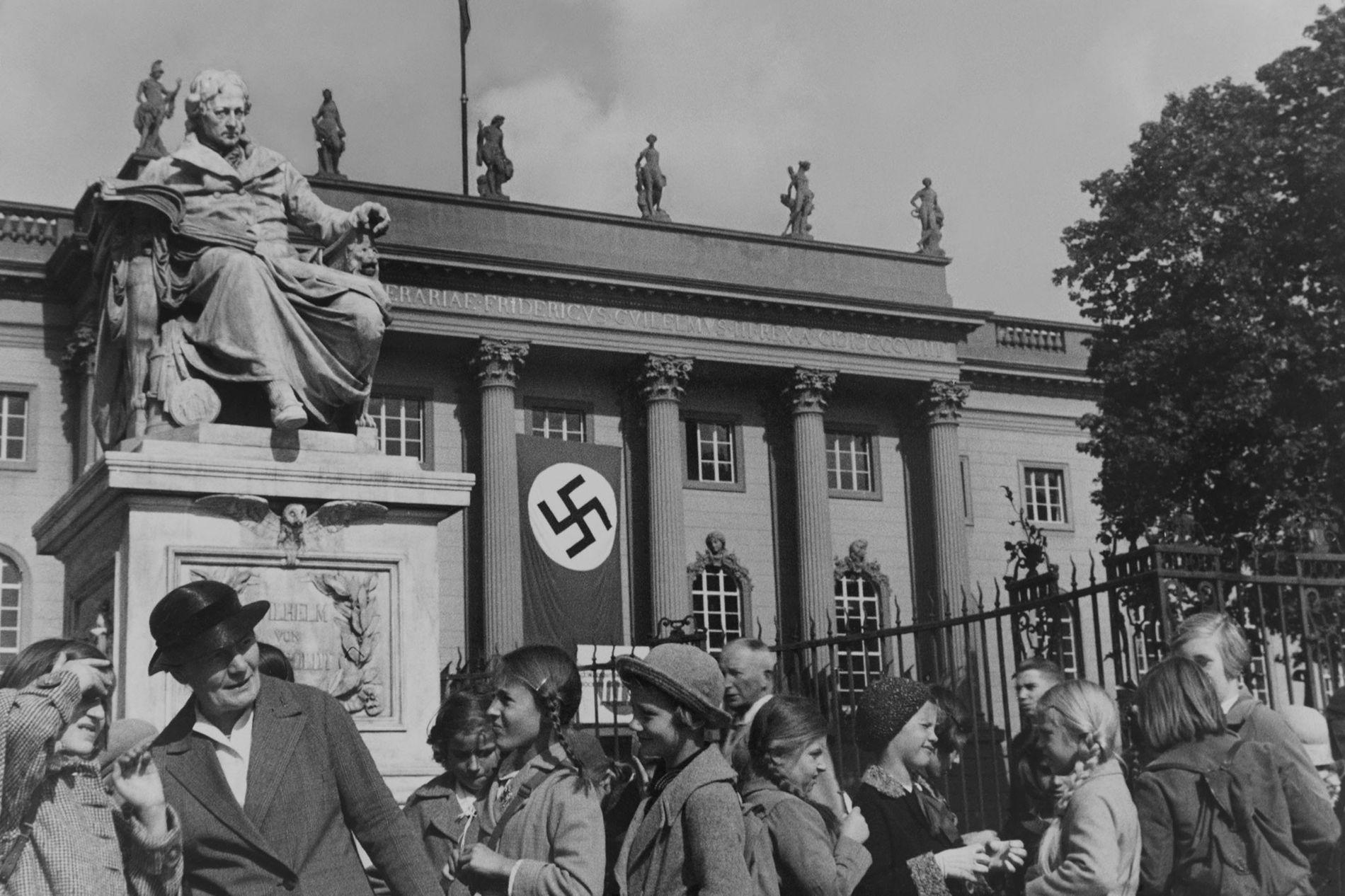 Photo de Douglas Chandler apparaissant dans son reportage sur Berlin, paru dans le magazine National Geographic de février 1937, décrivant le bonheur des Berlinois sous le nouvel ordre nazi. Il a ensuite collaboré étroitement avec le ministère de la propagande dirigé par Goebbels.