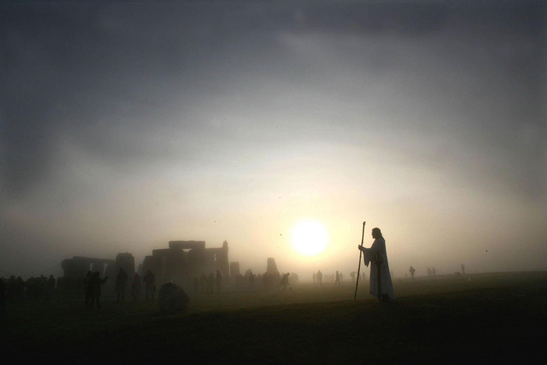 Le chef néodruide Arthur Pendragon assiste au lever de Soleil pendant les festivités du solstice d'hiver ...