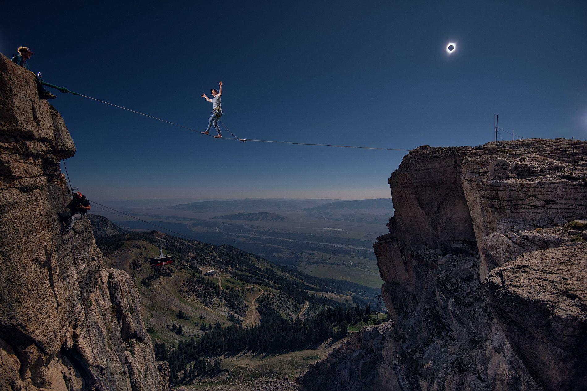Le funambule de l'éclipse solaire : l'histoire d'un cliché exceptionnel
