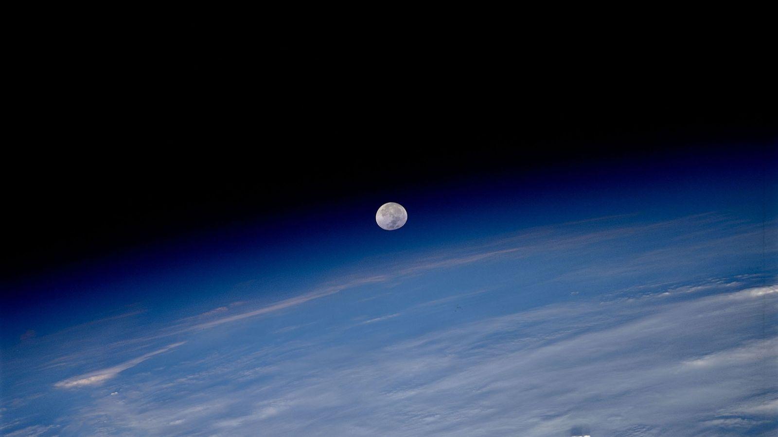 La Lune semble suspendue entre l'atmosphère de la Terre et l'obscurité de l'espace sur ce cliché ...