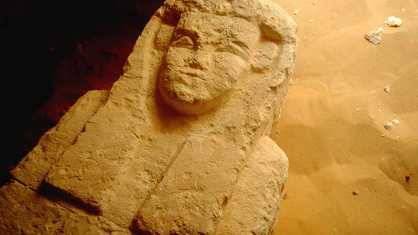 Ce sarcophage a été découvert dans un tombeau ptolémaïque dans la région de al-Kamin al-Sahraw, dans ...