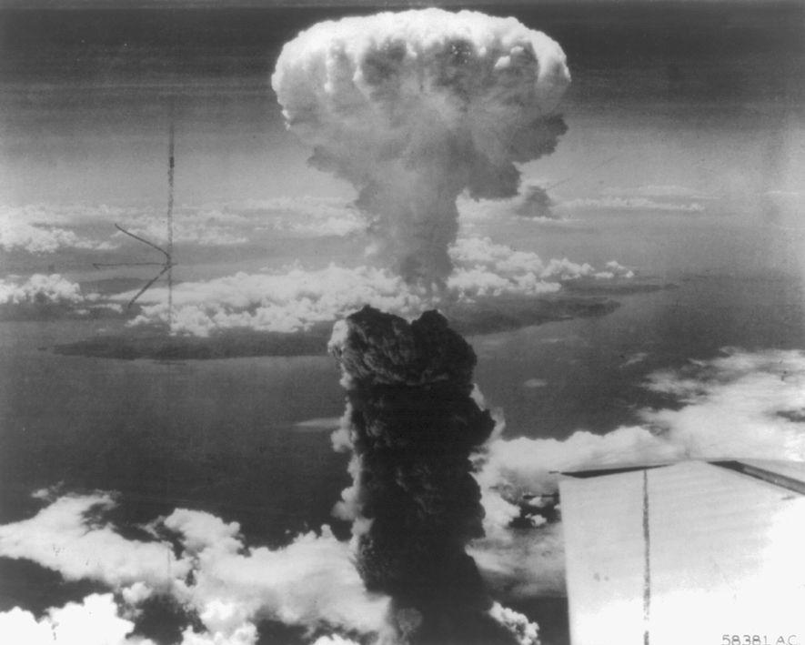 Un champignon atomique prend forme après qu'une bombe nucléaire a été lancée sur la ville japonaise ...