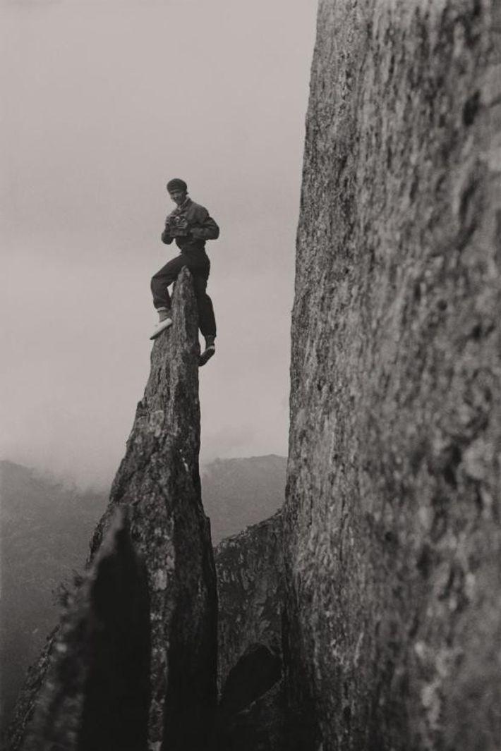 Après avoir escaladé la crête avec un appareil photo serré entre les dents, Miriam O'Brien pose ...