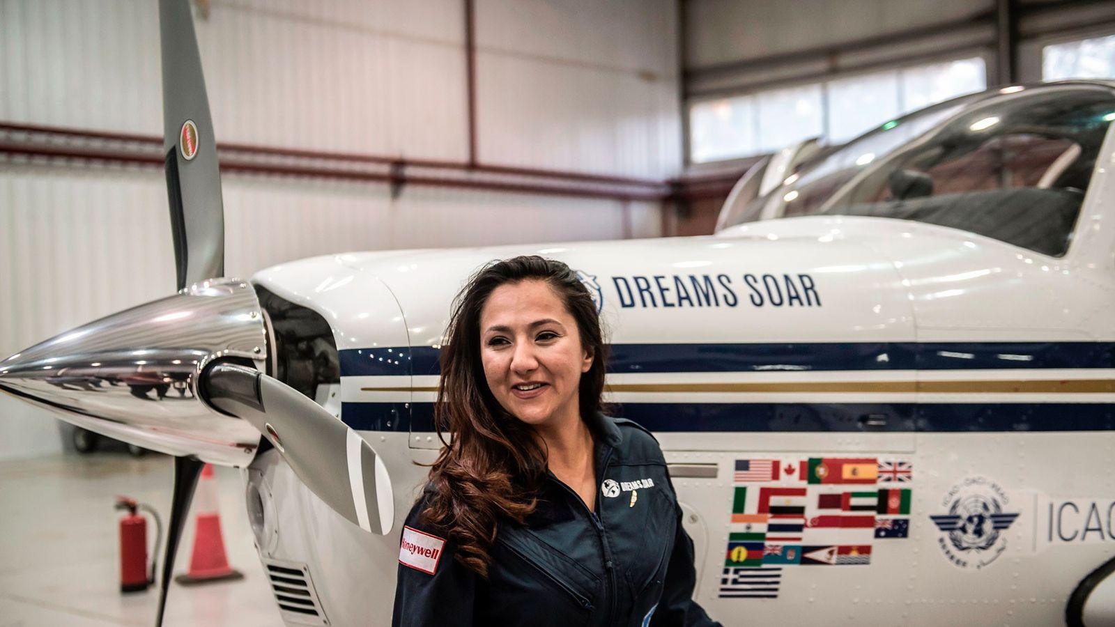Shaesta Waiz pose au côté de son avion au Caire, en Égypte, au cours de son ...