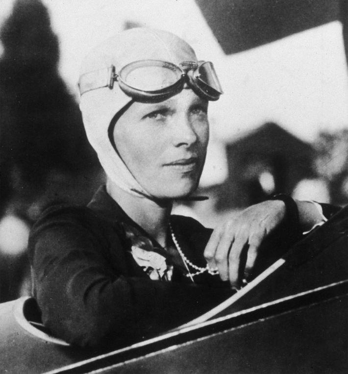 Datant de 1925 environ, ce portrait d'Amélia Earhart, aviatrice américaine, montre cette dernière dans le cockpit ...