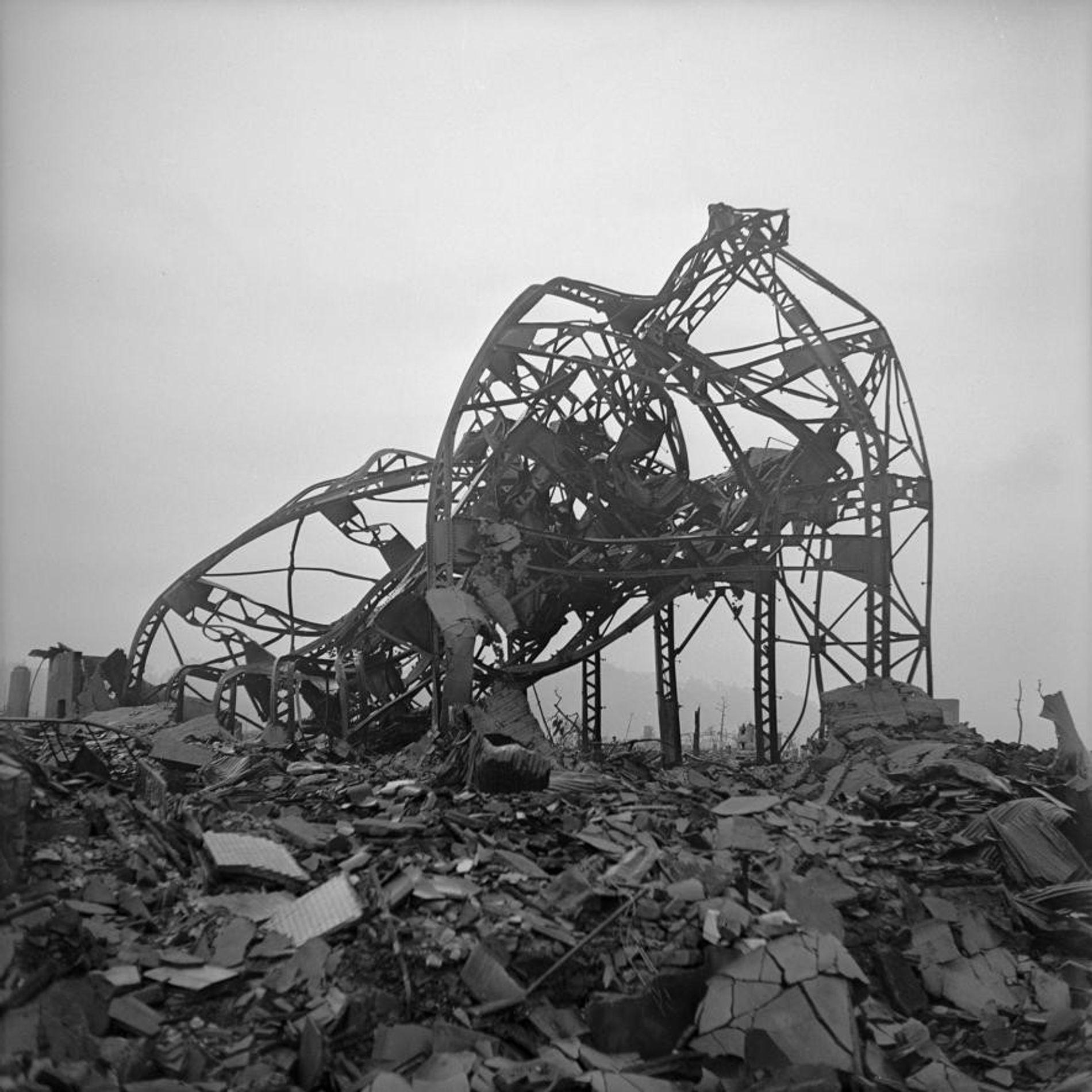 HIROSHIMA, fin 1945. Les ruines d'un théâtre surplombent les décombres à 900 mètres de l'épicentre de ...
