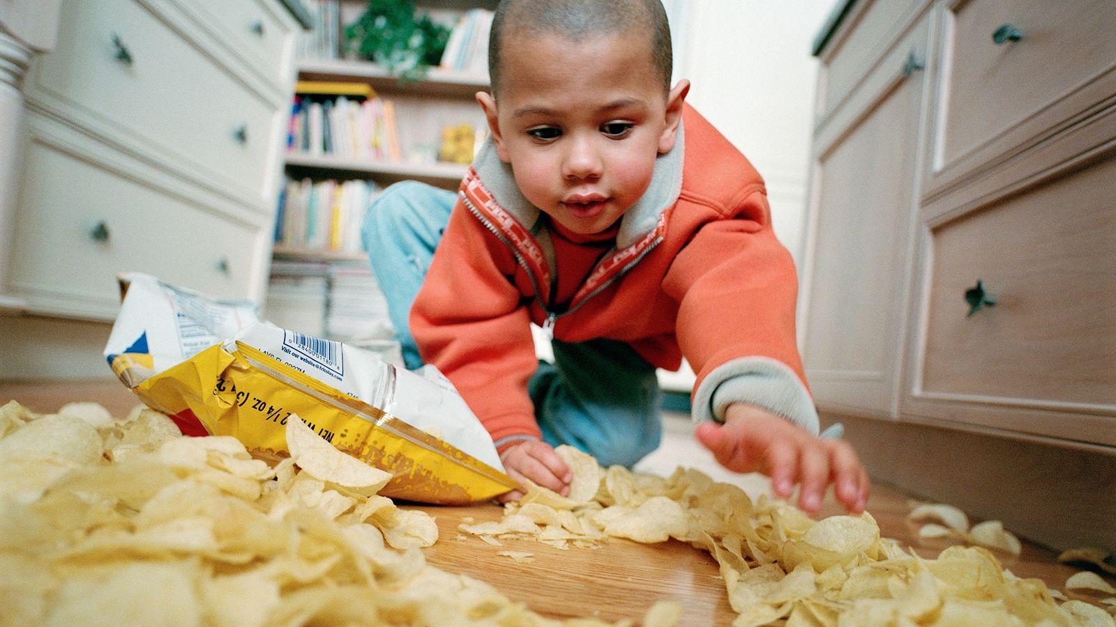 Malgré les études scientifiques, décider ou non de manger ces chips tombées à terre n'est pas ...