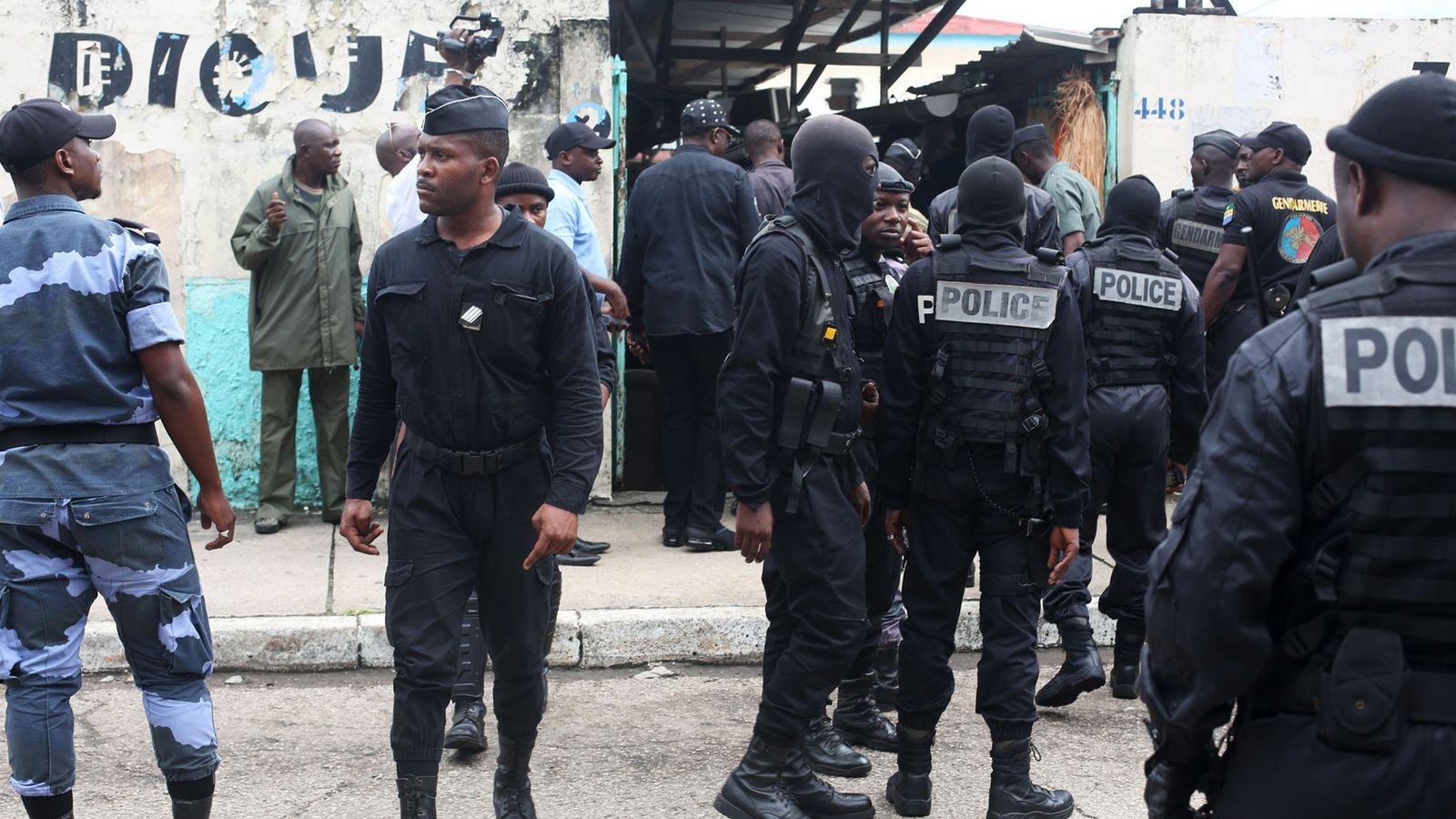 Des policiers arrivent au marché de Libreville le 17 décembre, au Gabon où les deux journalistes ...