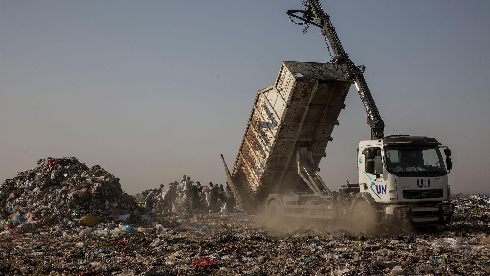 Un camion de l'ONU déverse des déchets sur un site situé à Juhor al-Deek, au sud-est ...