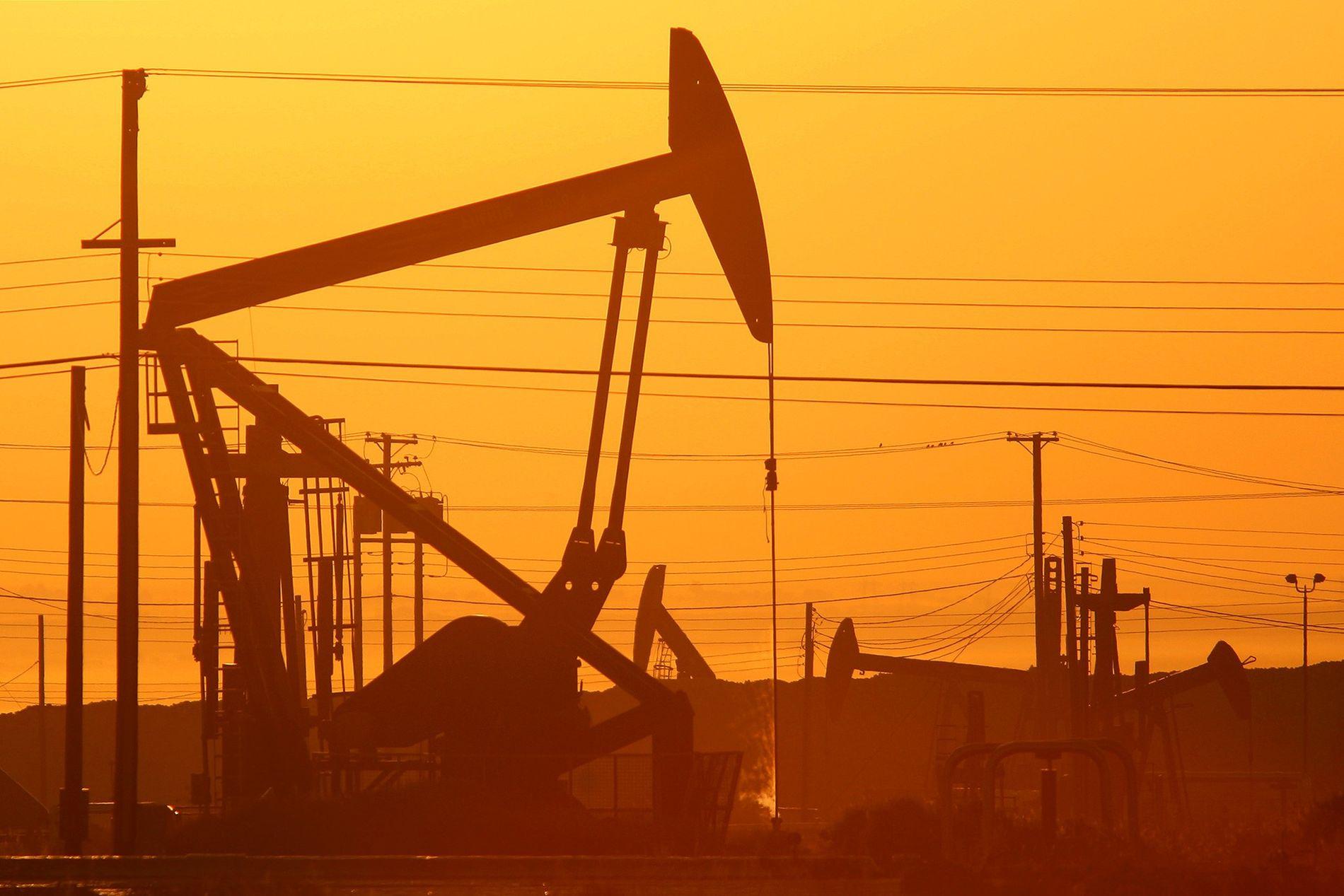 Cette photographie prise au crépuscule montre les chevalets de pompage des gisements de pétrole de la formation de schistes de Monterey en Californie, où l'extraction du gaz et du pétrole a recours au processus de fracturation hydraulique.
