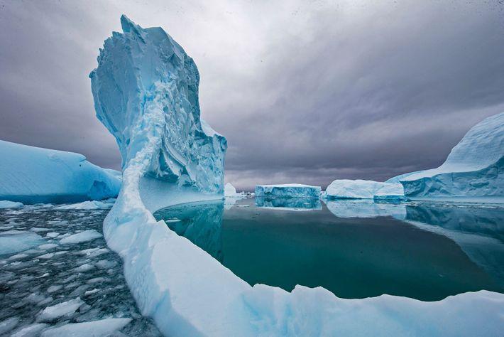 Un iceberg fond dans les eaux de l'Antarctique. Le changement climatique a accéléré la fonte des ...