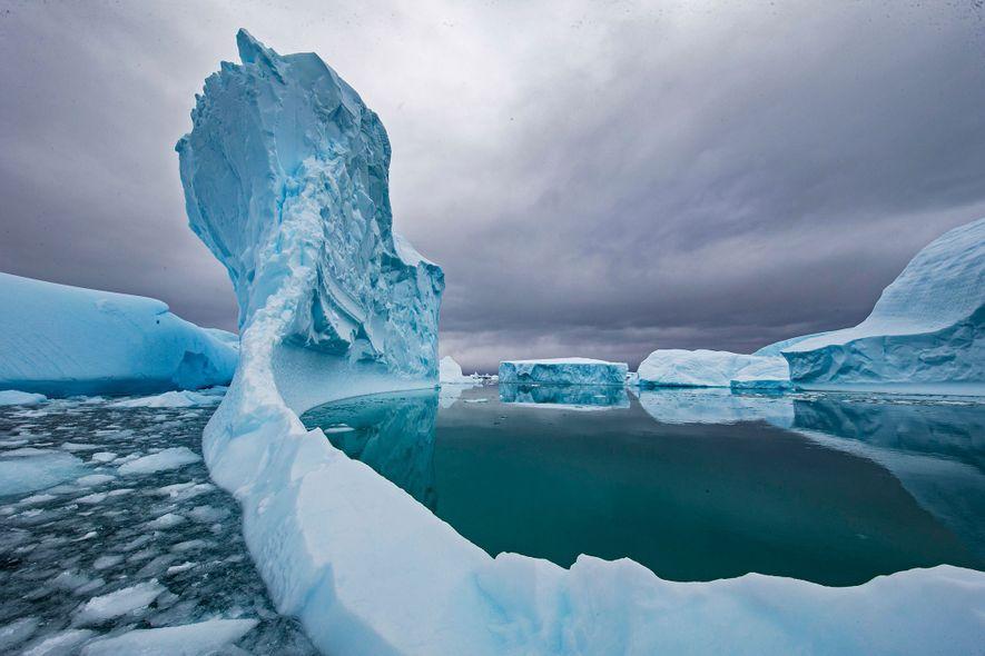Un iceberg fond dans les eaux de l'Antarctique. Le changement climatique a accéléré la fonte des …