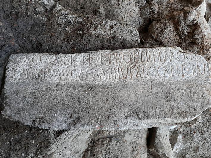 Cette pierre de marbre porte une inscription rédigée en grec et en latin consacrée au commandant ...