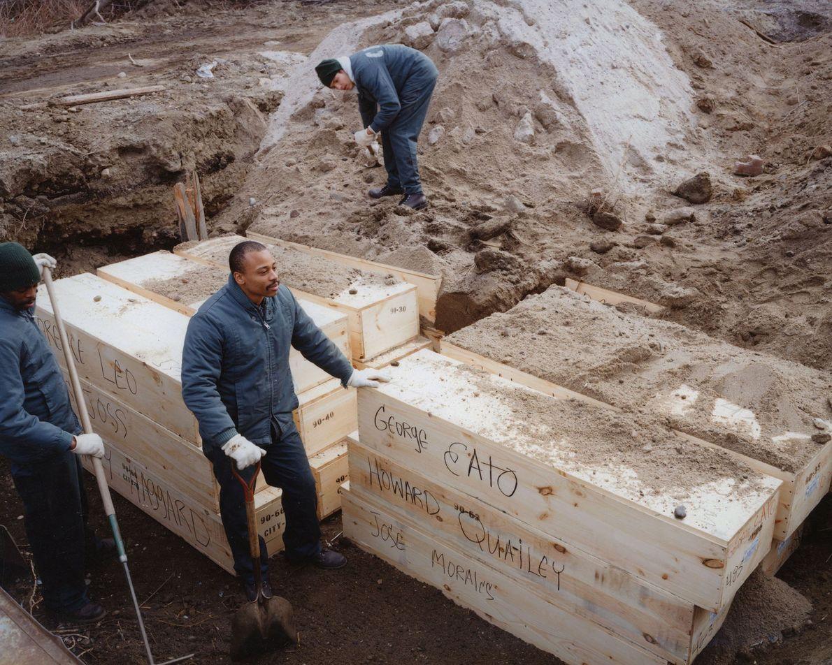 Des détenus de la prison de Rikers Island ensevelissent des cercueils en février 1992.