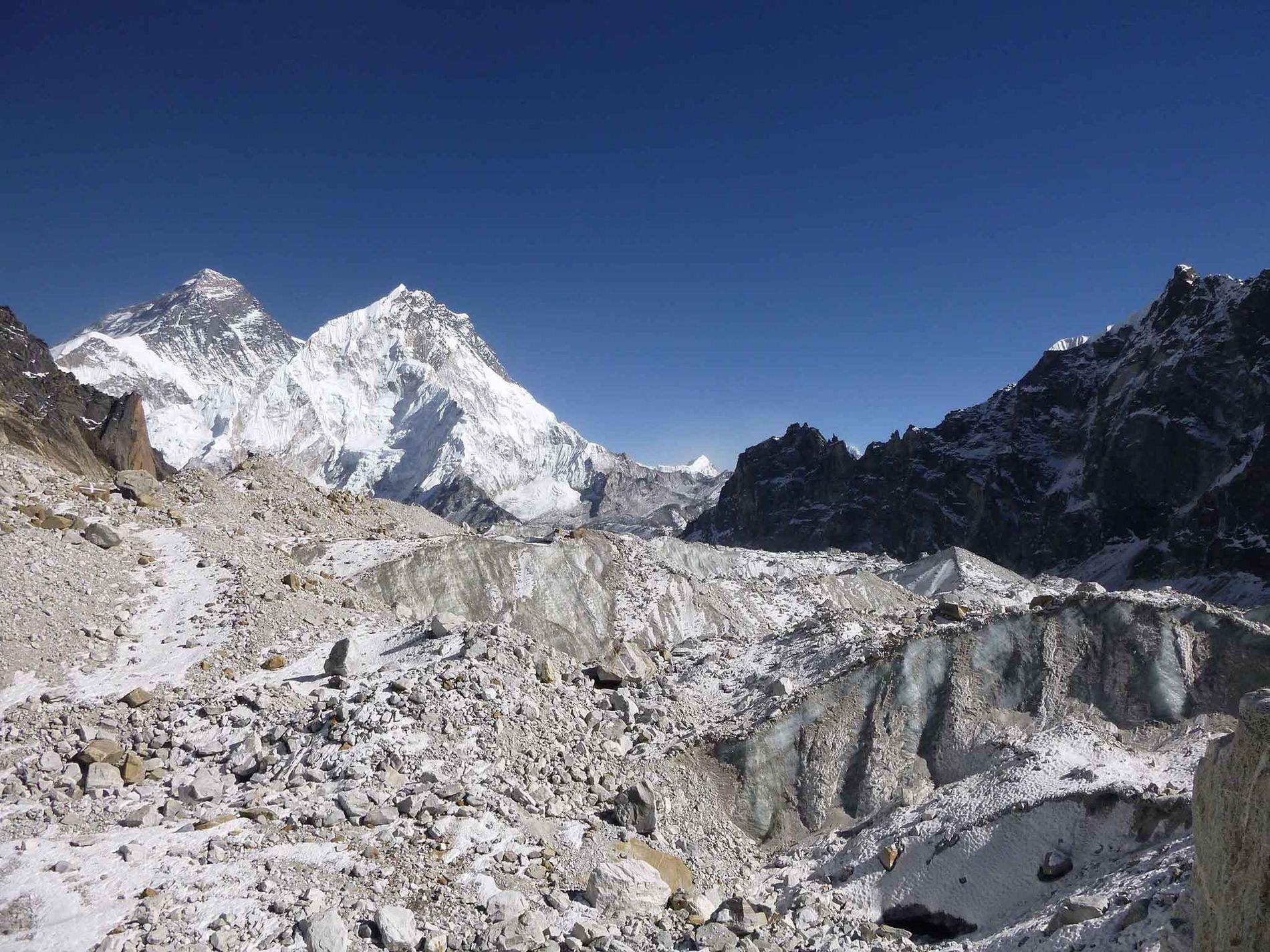 Le glacier Changri Nup compte parmi les centaines de glaciers étudiés par les chercheurs. Une grande partie de son sommet est recouvert de débris rocheux. L'Everest se profile à gauche.