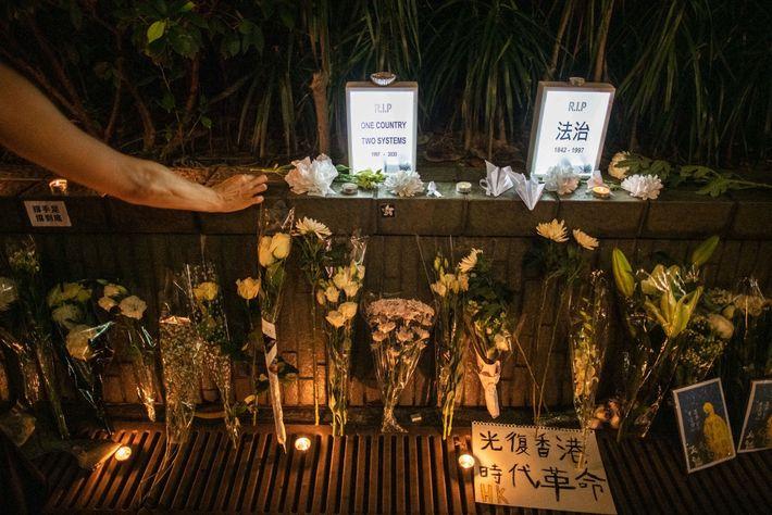 En juillet, une femme rend hommage à Marcus Leung sur un mémorial de fortune à Hong Kong. L'homme ...