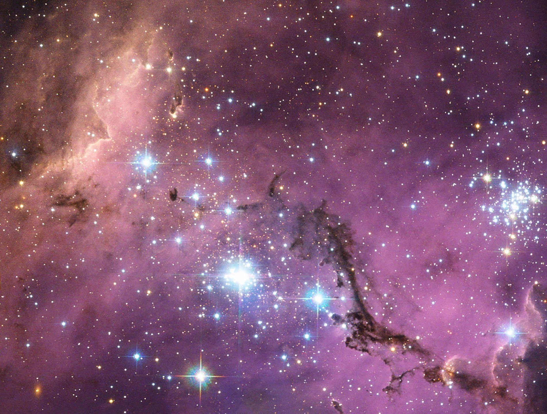 Situé à près de 200 000 années-lumière de la Terre, le Grand Nuage de Magellan est une galaxie satellite de la Voie lactée, c'est à dire qu'elle gravite autour de cette dernière. À mesure que la Voie lactée tire sur ses nuages de gaz, ils s'effondrent pour donner naissance à de nouvelles étoiles qui illuminent le Grand Nuage de Magellan de splendides couleurs à la manière d'un kaléidoscope.