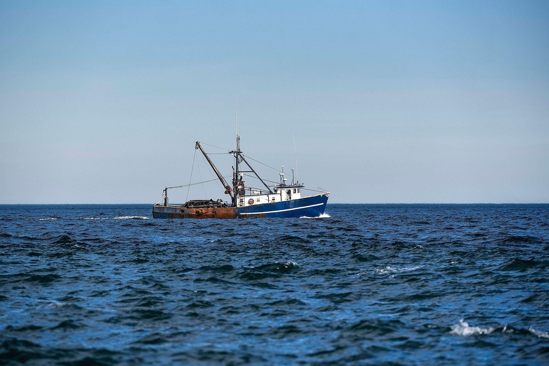 Un bateau de pêche sort en mer.