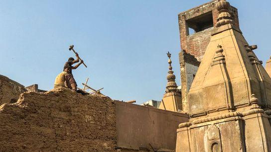 Des ouvriers démolissent des bâtiments dans le quartier de Lahori Tula à Varanasi dans le cadre ...