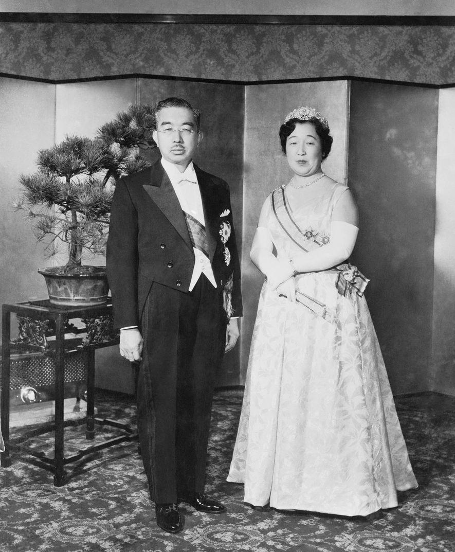 L'empereur japonais Hirohito pose avec son épouse, l'impératrice Nagako. Après la Seconde Guerre mondiale, les États-Unis ont forcé Hirohito, au nom duquel le Japon avait combattu les Alliés, à renoncer à tout lien avec la divinité.