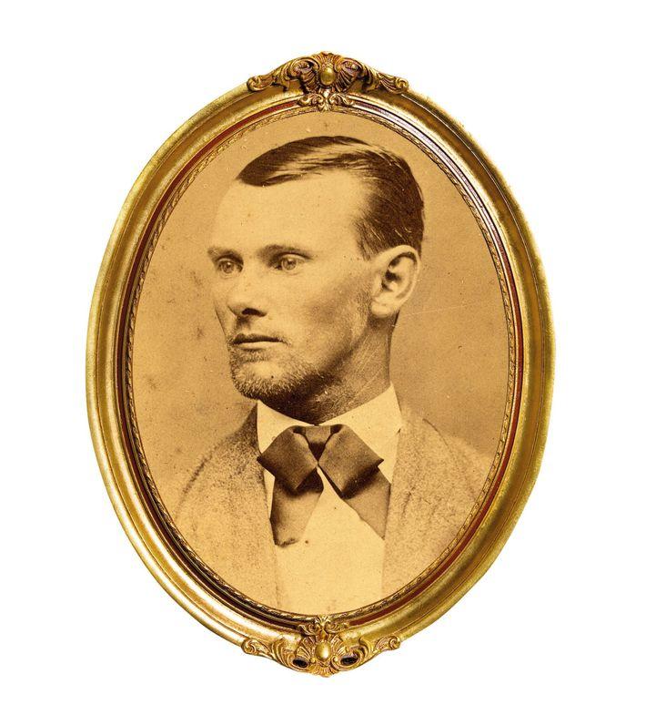 Voleur et assassin, Jesse James devint une légende à son époque. Cette photographie publiée à sa ...