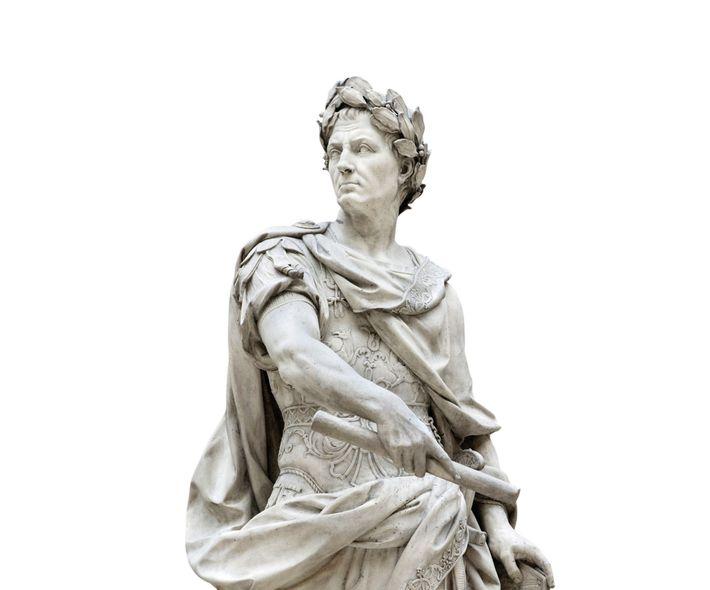 Nicolas Coustou a sculpté cette statue en marbre représentant Jules César au XVIIIe siècle. Louvre, Paris
