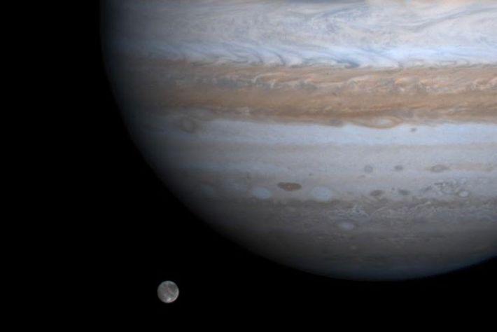 Ganymède, la plus grande lune du système solaire, semble flotter aux côtés de Jupiter sur cette ...