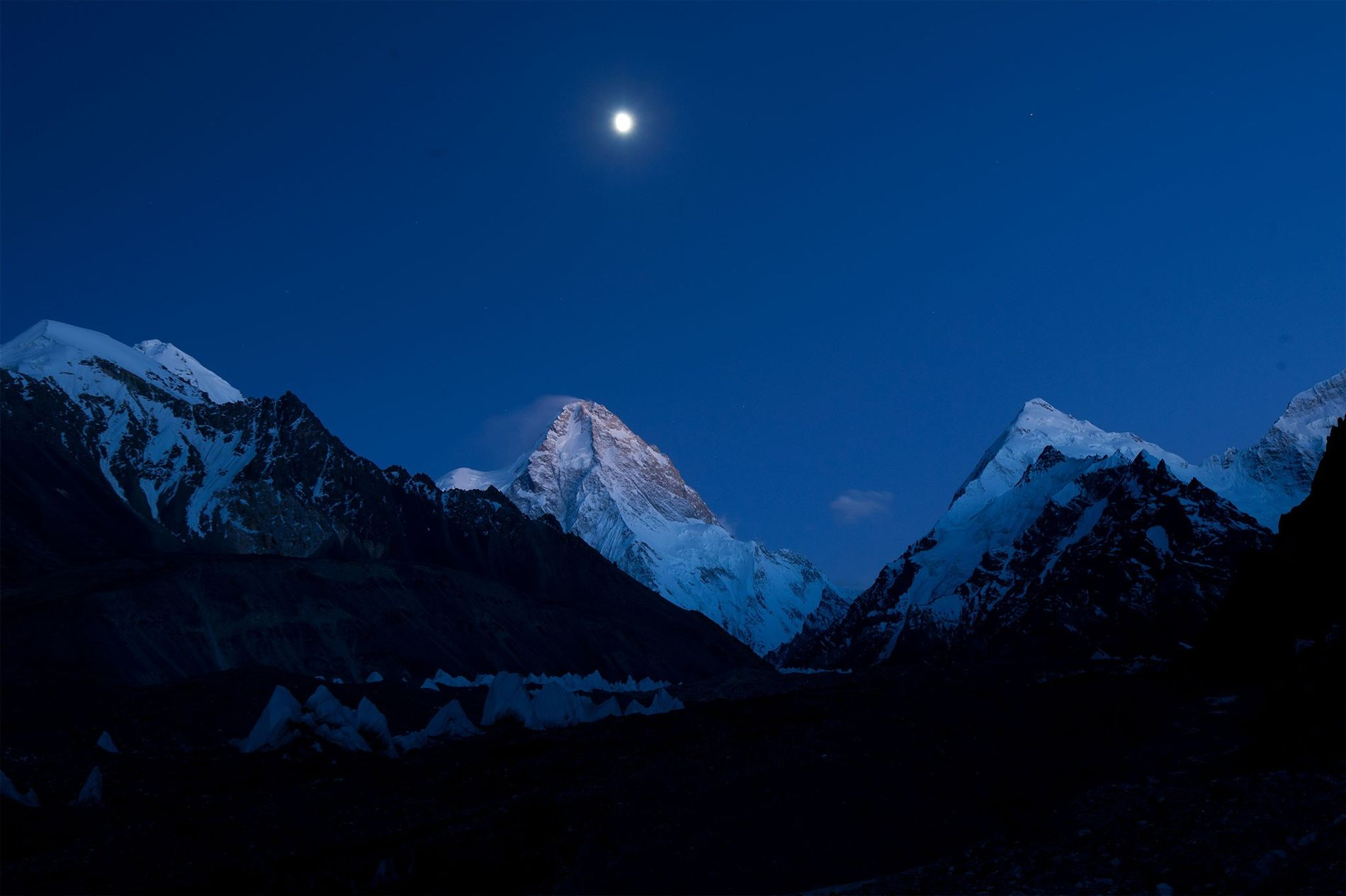 La pleine lune illumine le sommet K2.