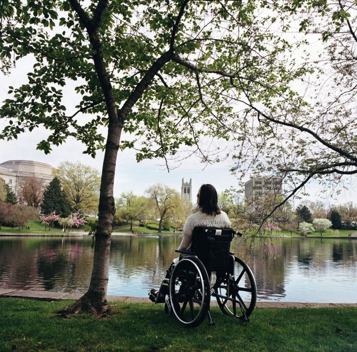 Katie est assise sous un arbre le long de la lagune de Wade à Cleveland, dans ...