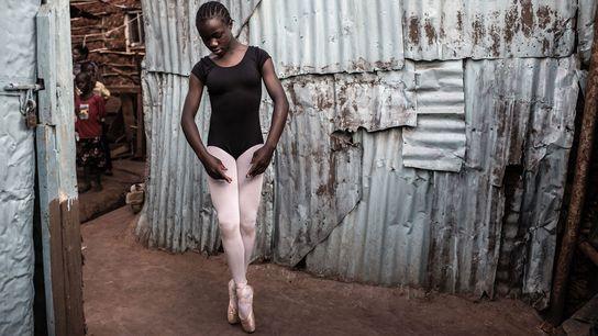 Pamela Adhiambo, 16 ans, s'entraîne derrière sa maison à Kibera, un bidonville de Nairobi, au Kenya. ...