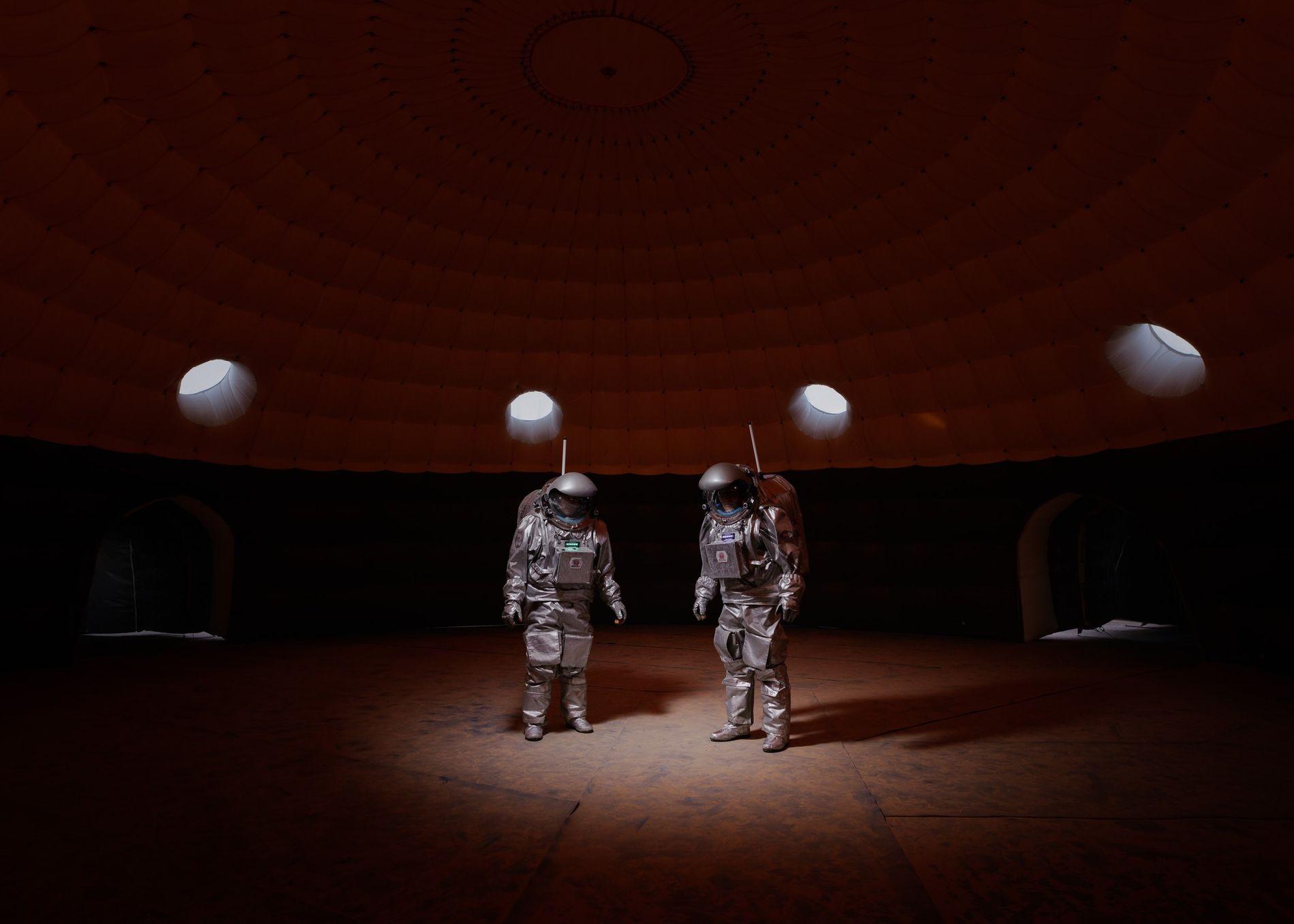 Les membres d'équipage Gernot Grömer et João Lousada se trouvent à l'intérieur du module de colonisation ...
