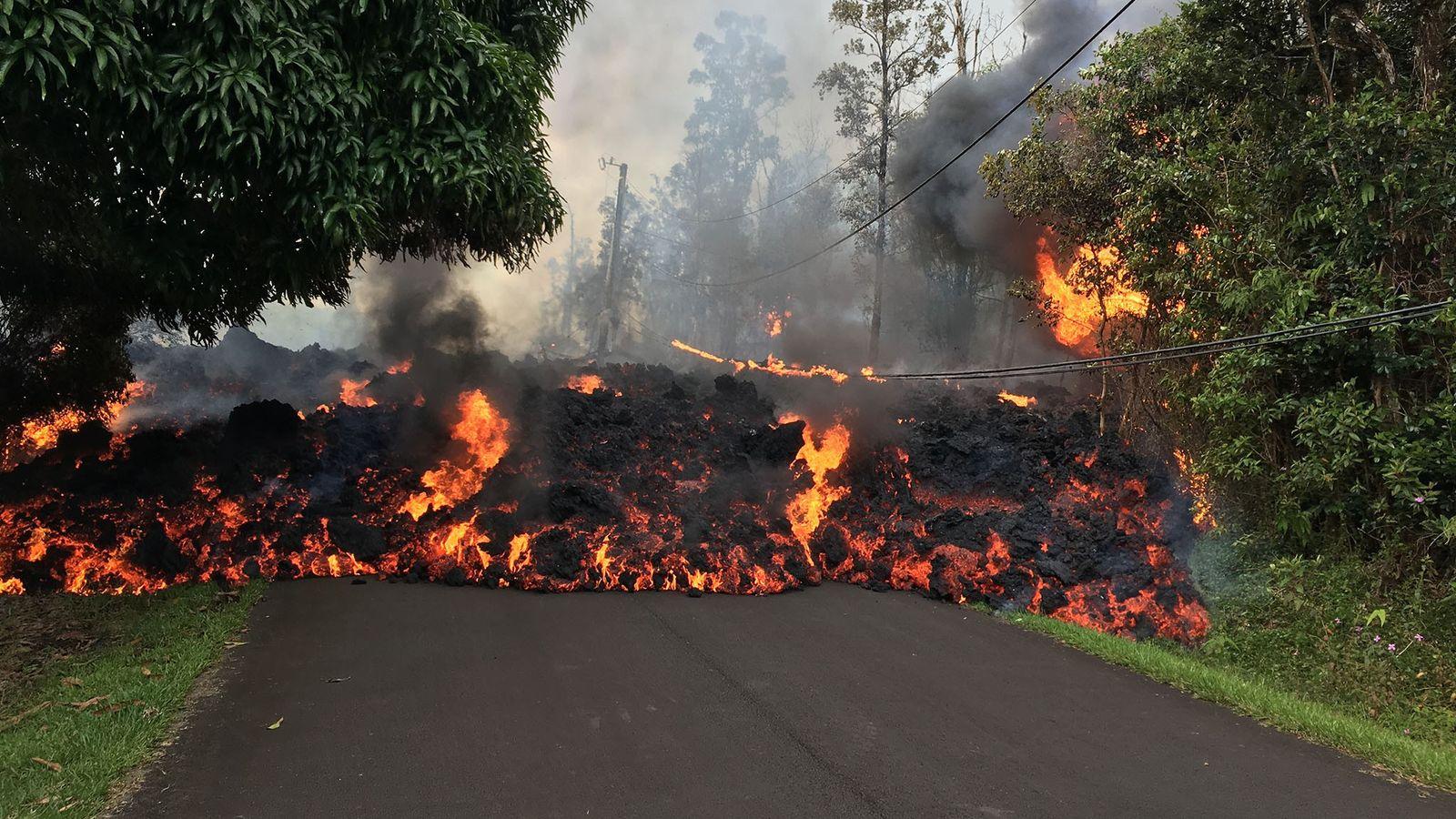 La lave des volcans hawaïens tend à être relativement liquide en raison de sa faible teneur ...