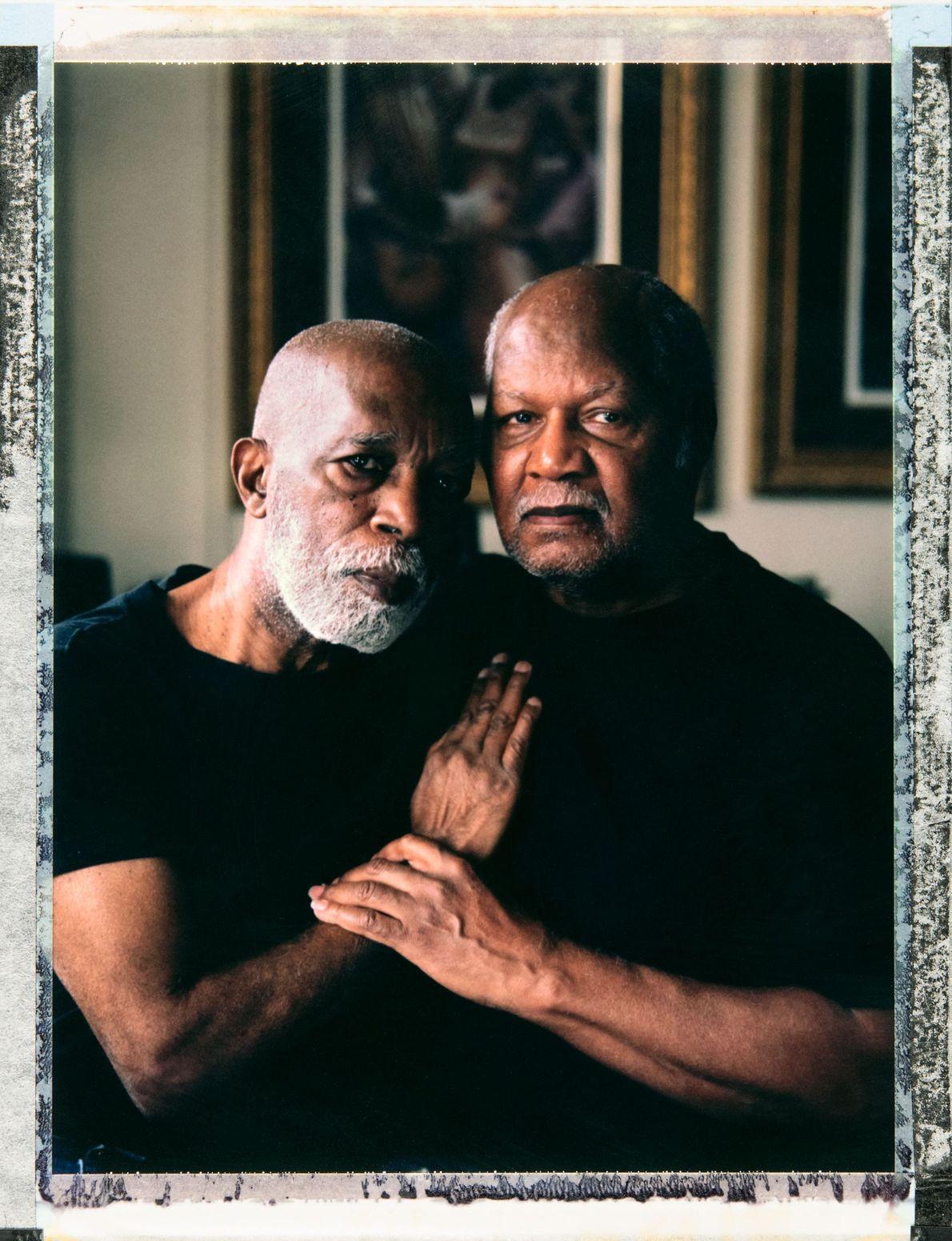 Photographié ici avec son mari Vernon May (79 ans), Robert Waldron (à gauche, 79 ans également) ...