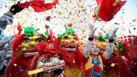 Sur ce cliché datant du 22 janvier 2012 pris à Pékin, en Chine, des danseurs folkloriques célèbrent le ...