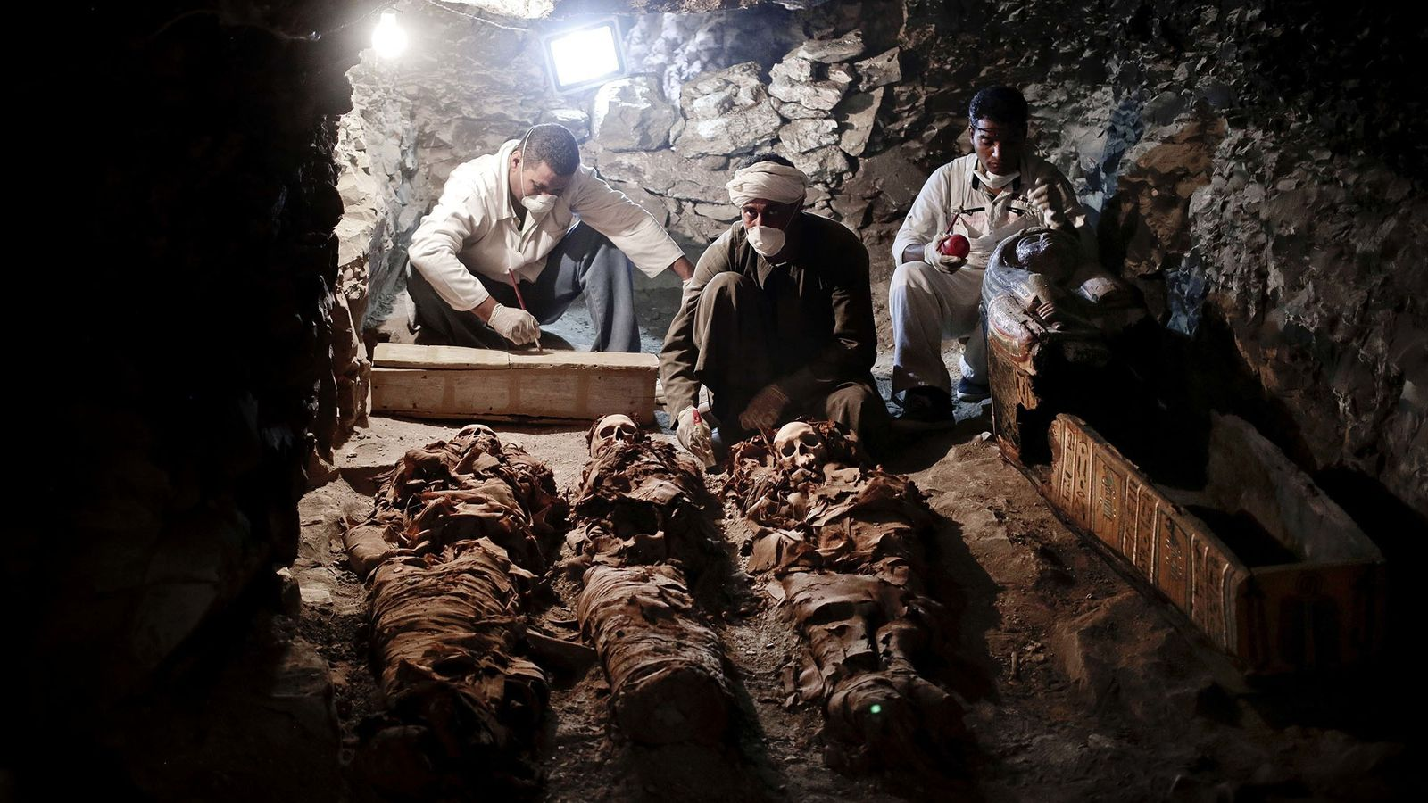 Le 9 septembre 2017 à Louxor, en Égypte, des archéologues analysent les momies découvertes dans la ...