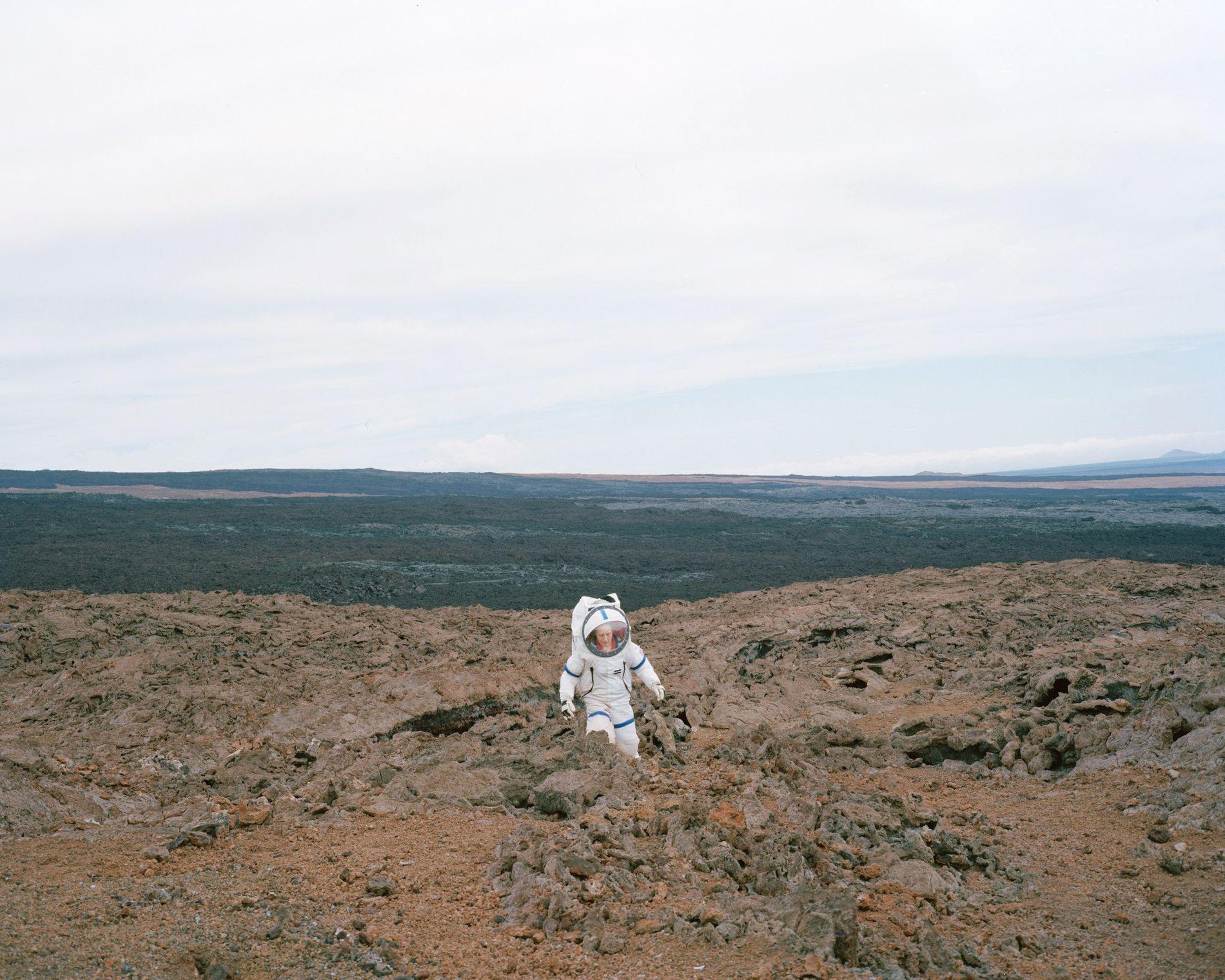 Martha Lenio, commandant de la mission HI-SEAS III à Hawaï, teste le terrain « martien » dans sa combinaison spatiale.