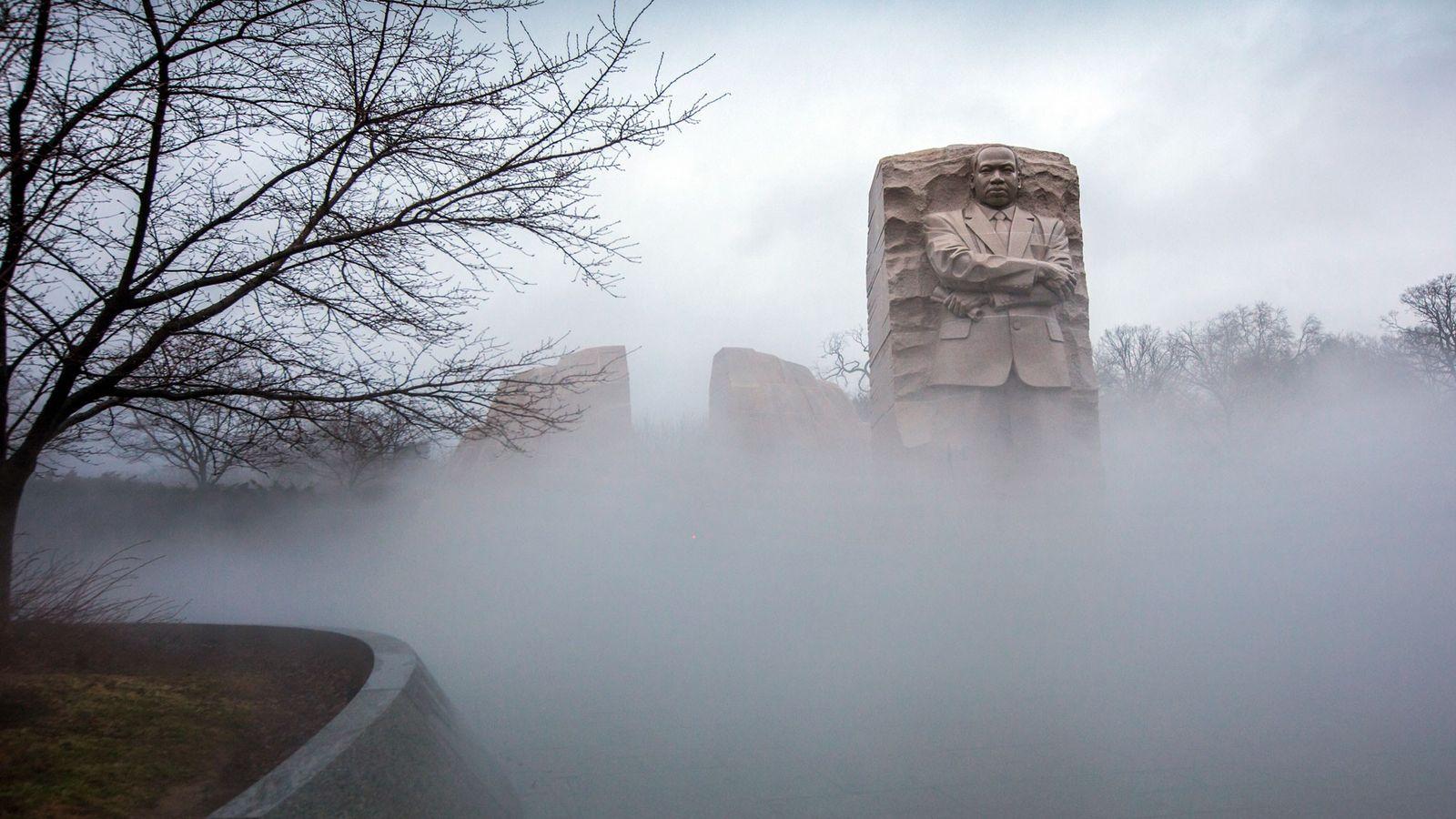 Le brouillard entoure le mémorial Martin Luther King Jr. à Washington, vendredi 12 janvier 2018.