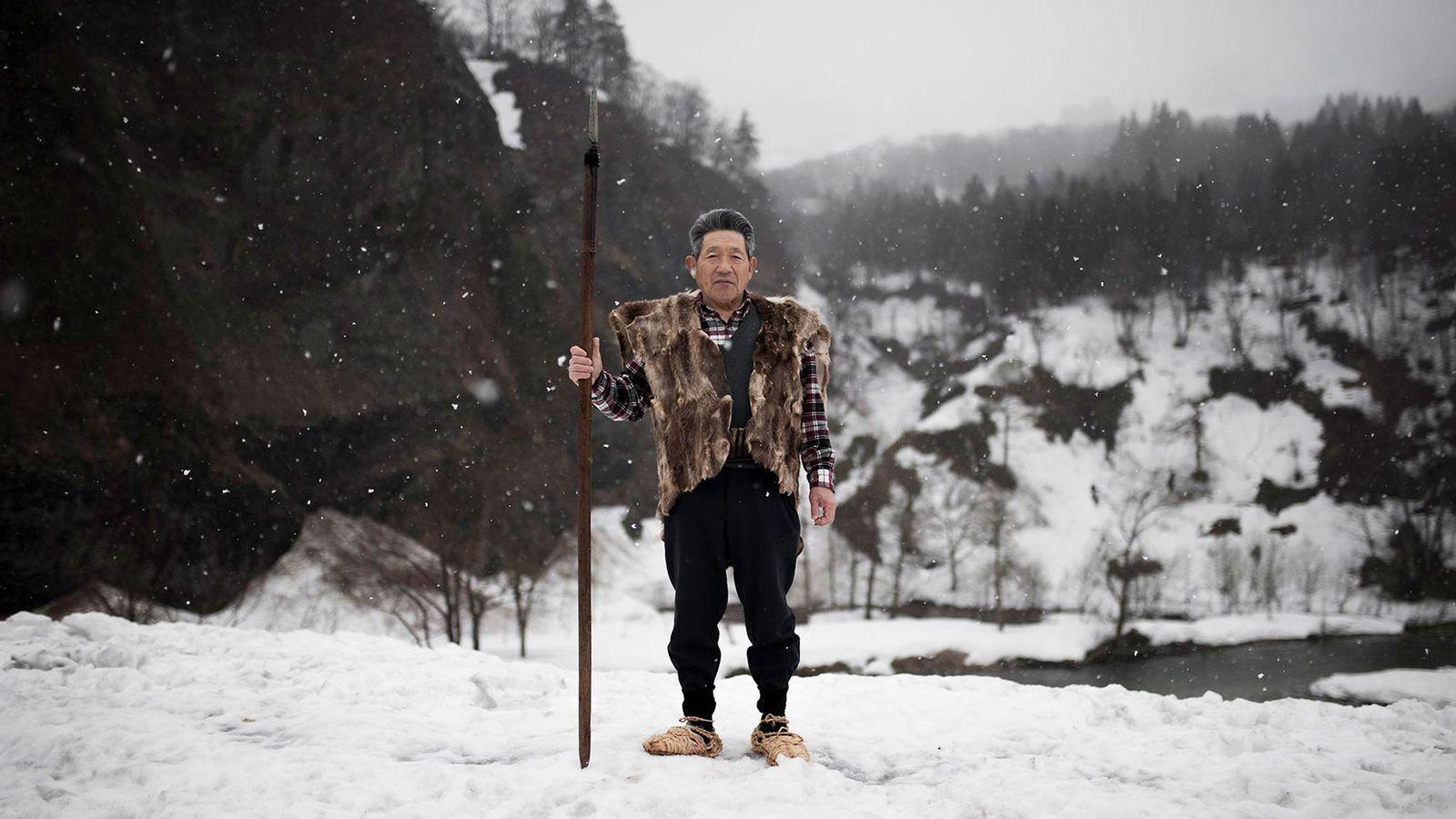Ito Ryoichi est vêtu du gilet et des chaussures traditionnels des chasseurs matagis. De nos jours, ...