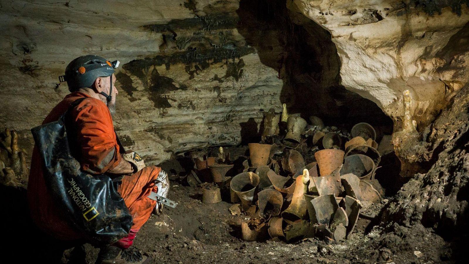 L'explorateur National Geographic Guillermo de Anda examine des objets ayant probablement servi dans le cadre de ...