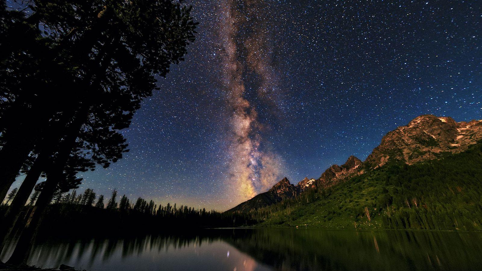 La bande lumineuse de la Voie lactée s'étend au-dessus du Parc national du Grand Teton, dans ...