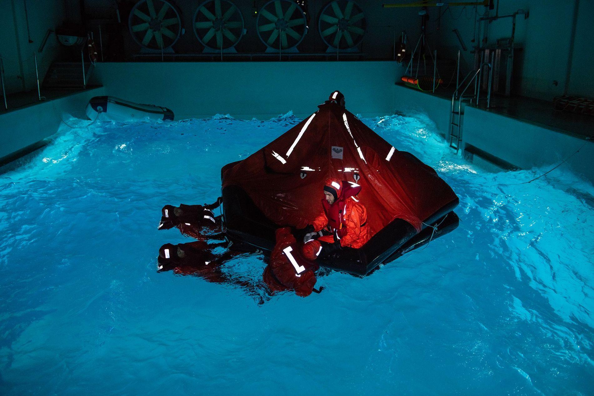 Une tempête, obscurité comprise, est simulée dans une piscine d'entraînement en Allemagne. Pour les participants aux ...