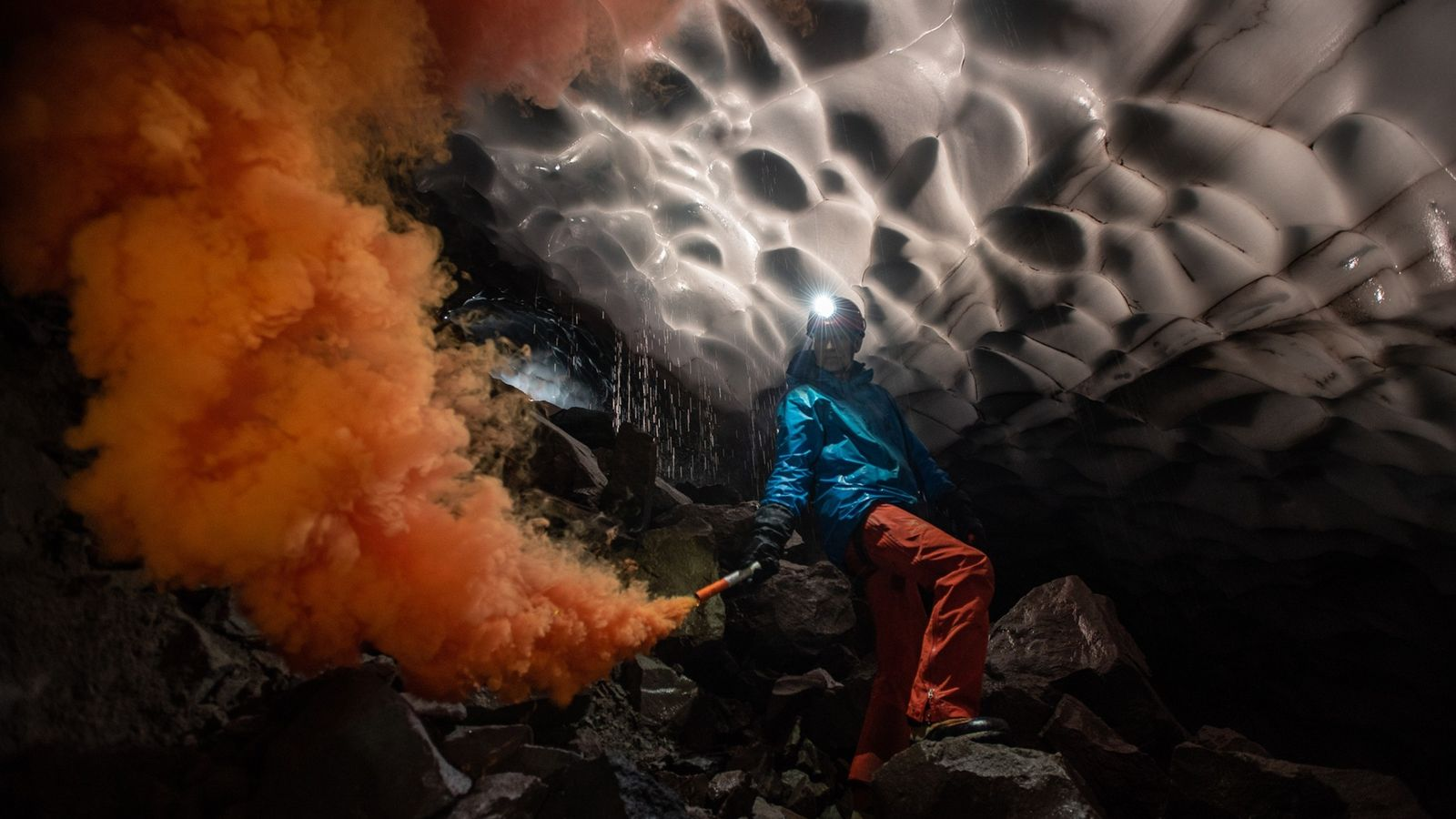 Le chercheur Andreas Pflitsch de l'université de la Ruhr en Allemagne craque un fumigène dans une ...