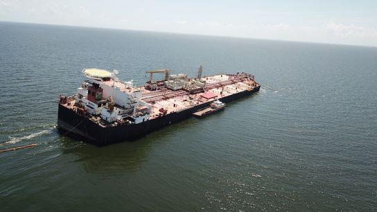 Sur cette photographie en date du 16 octobre, le Nabarima semblait prêt à chavirer. Plus récemment, une ...